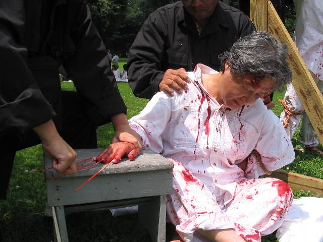 mock torture in the Falun Gong protest
